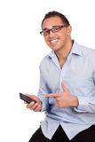 Hombre feliz que señala a su teléfono móvil imagenes de archivo