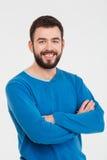 Hombre feliz que se coloca con los brazos doblados Fotografía de archivo libre de regalías