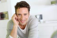 Hombre feliz que se relaja en cocina Foto de archivo libre de regalías