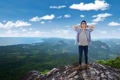 Hombre feliz que se relaja en la montaña Fotos de archivo
