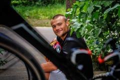 Hombre feliz que se sienta en pasos Imagenes de archivo
