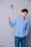 Hombre feliz que sostiene la bandera de los E.E.U.U. Imágenes de archivo libres de regalías