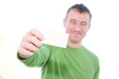 Hombre feliz que sostiene la tarjeta en blanco Imagenes de archivo