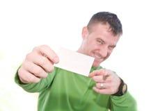 Hombre feliz que sostiene la tarjeta en blanco Imagen de archivo libre de regalías
