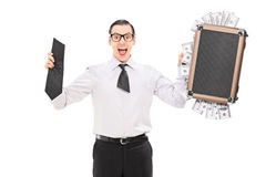 Hombre feliz que sostiene una cartera llena de dinero Fotografía de archivo libre de regalías