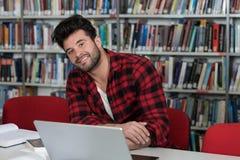 Hombre feliz que trabaja en la computadora portátil Fotografía de archivo libre de regalías