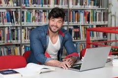 Hombre feliz que trabaja en la computadora portátil Fotografía de archivo