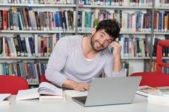 Hombre feliz que trabaja en la computadora portátil Foto de archivo libre de regalías