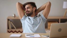 Hombre feliz relajado que toma la refrigeración de la rotura satisfecha con el trabajo acabado almacen de video