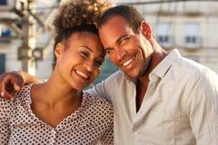 Hombre feliz y mujer que se unen en ciudad el fecha fotografía de archivo libre de regalías