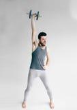 Hombre flaco que entrena a su músculo del bíceps Fotografía de archivo