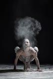 Hombre flexible de la yoga que hace brahmachariasana del asana de la balanza de la mano fotos de archivo libres de regalías