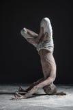 Hombre flexible de la yoga que se coloca en actitud del headstand del shirshasana de la yoga imágenes de archivo libres de regalías