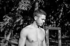 Hombre fotografiado en la sesión del entrenamiento de la calle Foto de archivo
