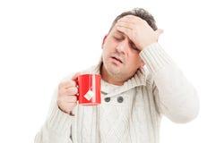 Hombre frío con alta fiebre y dolor de cabeza Foto de archivo libre de regalías