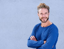 Hombre fresco con la barba que sonríe con los brazos cruzados Foto de archivo libre de regalías