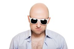 Hombre fresco de la pista calva en gafas de sol Imagen de archivo libre de regalías