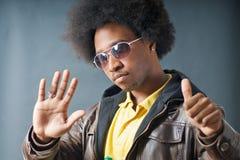 Hombre fresco del afroamericano con los vidrios Fotografía de archivo