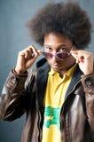 Hombre fresco del afroamericano con los vidrios Imagenes de archivo