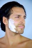 Hombre fresco que sonríe durante afeitar Foto de archivo