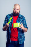 Hombre frustrado con la caja de regalo verde Imagen de archivo