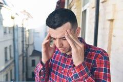 Hombre frustrado con un headach Fotos de archivo libres de regalías