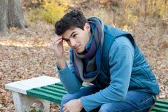 Hombre frustrado joven que piensa en los problemas Imagen de archivo