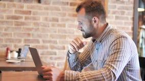 Hombre frustrado por resultados en el ordenador portátil en lugar del desván almacen de video