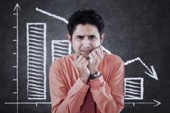 Hombre frustrado y gráfico que cae Imagen de archivo libre de regalías