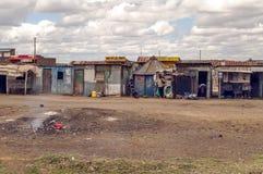 Hombre fuera de un pueblo de Kenia foto de archivo libre de regalías