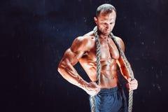 Hombre fuerte con la cuerda Fotografía de archivo libre de regalías