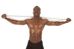 Hombre fuerte con los brazos de cadena hacia fuera Fotografía de archivo libre de regalías