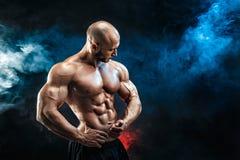 Hombre fuerte del culturista con el ABS perfecto, hombros, bíceps, tríceps, pecho imágenes de archivo libres de regalías