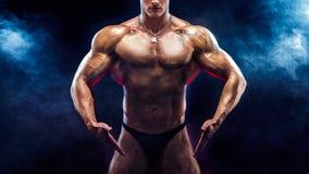 Hombre fuerte del culturista del primer con el ABS perfecto, hombros, bíceps, tríceps, pecho Imagen de archivo