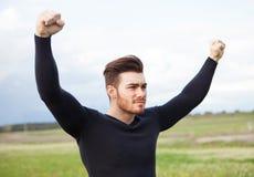 Hombre fuerte del ganador en el prado Foto de archivo