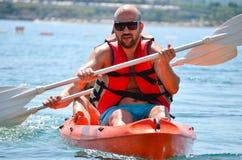 Hombre fuerte hermoso kayaking Foto de archivo libre de regalías
