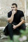 Hombre fuerte joven con el tatuaje Imagen de archivo libre de regalías