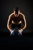 Hombre fuerte que hace pectorales de salto fotografía de archivo