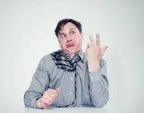 Hombre fuertemente borracho en camisa y lazo imagenes de archivo