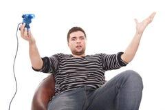 Hombre furioso con una palanca de mando para la consola del juego Fotografía de archivo libre de regalías