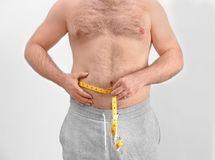 Hombre gordo con la cinta métrica Fotos de archivo