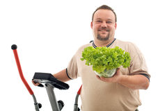 Hombre gordo con las opciones sanas - ejercicio y comida fresca imágenes de archivo libres de regalías