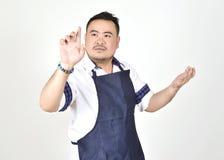 Hombre gordo del empresario asiático que toca una situación imaginaria de la pantalla virtual del botón fotos de archivo