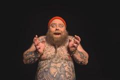Hombre gordo desnudo alegre que expresa el entusiasmo Imagen de archivo
