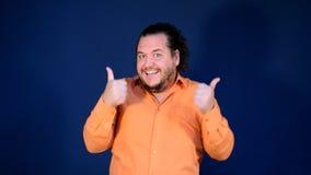 Hombre gordo divertido en el baile anaranjado de la camisa Feliz cumpleaños y diversión grande almacen de metraje de vídeo