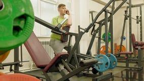 Hombre gordo en el gimnasio Aptitud y deporte Forma de vida sana almacen de metraje de vídeo
