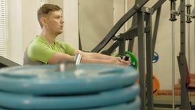 Hombre gordo en el gimnasio Aptitud y deporte Forma de vida sana almacen de video