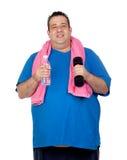 Hombre gordo en la gimnasia con una botella de agua fotos de archivo libres de regalías