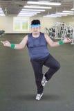 Hombre gordo que hace actitud de la yoga foto de archivo libre de regalías