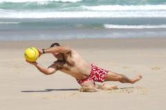 Hombre gordo que juega con una bola Fotos de archivo libres de regalías